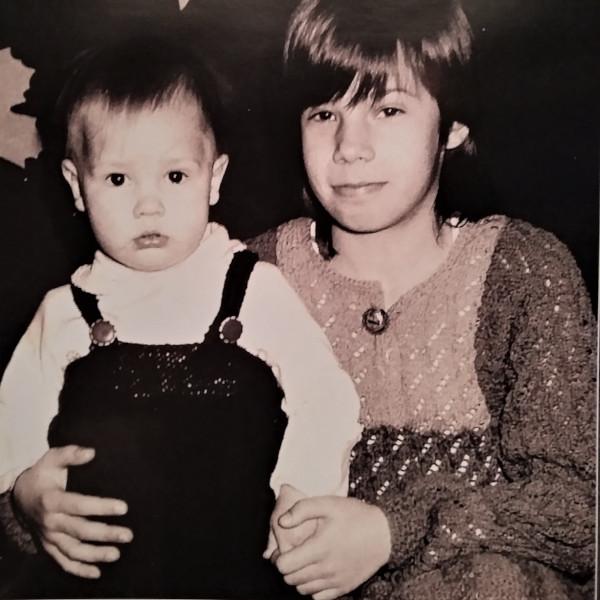 Mina õega ema kootud kleitides